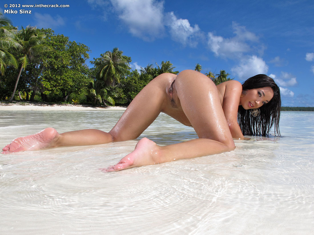 hot sexy babe ass crack bent over