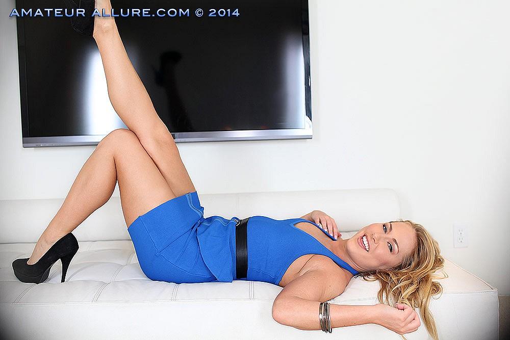 Blondine mit Killerkurven Carter Cruise genießt großen Schwanz auf leidenschaftliche Weise