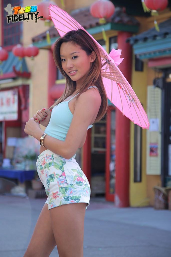 Alina Li bekommt knallte von Johnny Sünden
