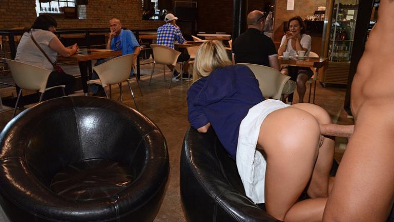 Трахаются в ресторане публично видео