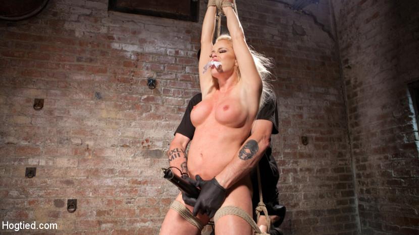 Die gefesselte und geknebelte Nikki Delano wird brutal sodomisiert