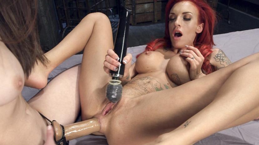 裸の赤い頭をむかいた女