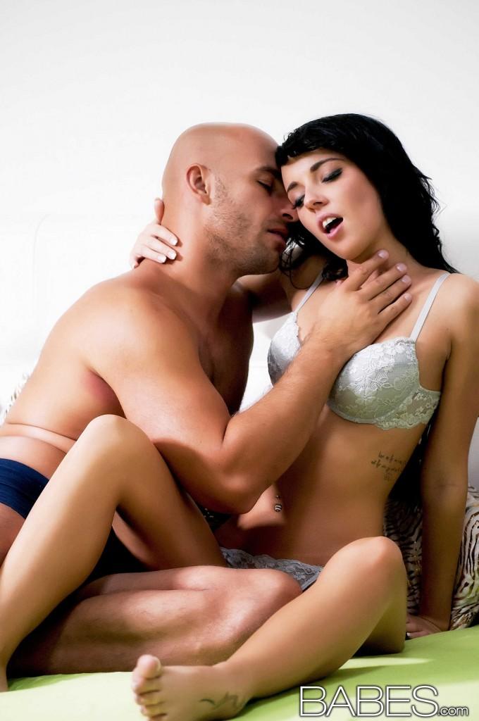Gina Devine und Mia Manarote in heißen Fetisch-action