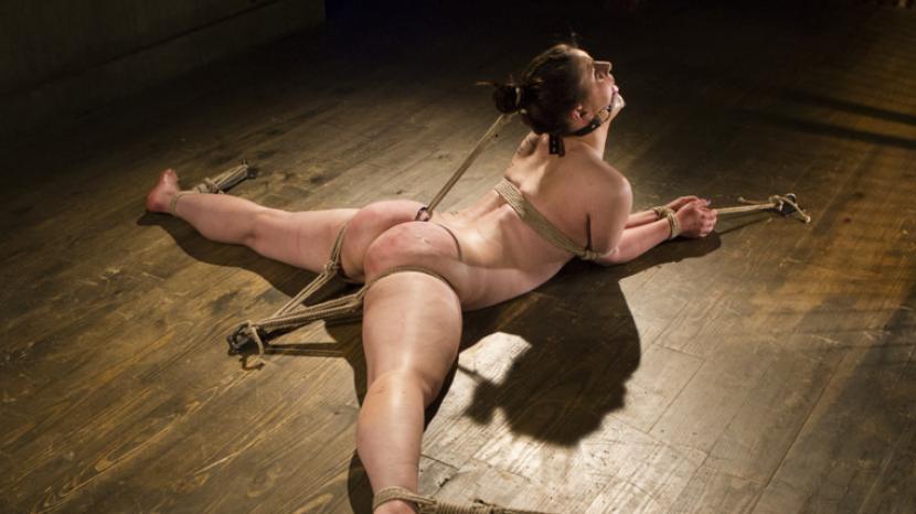 Naken Jente I Ekstreme Smerter