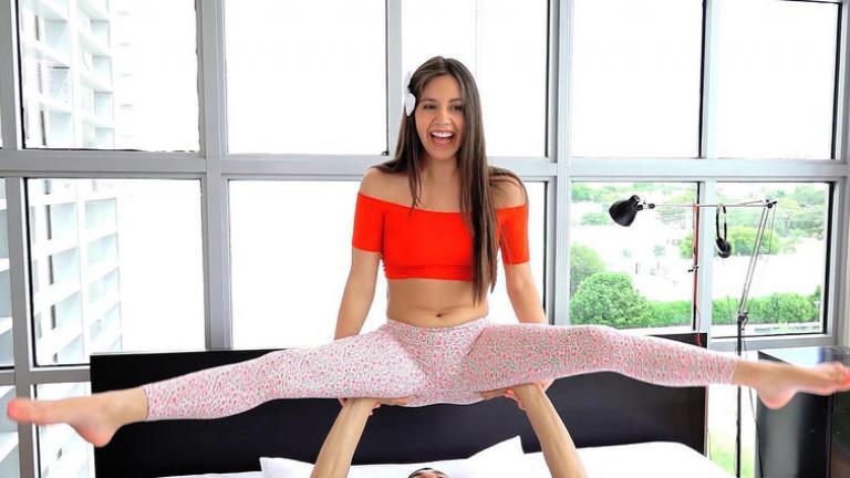 Girl doing splits nak